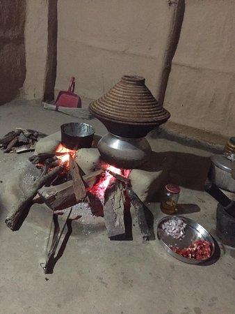 Koken met de Tharu-bevolking