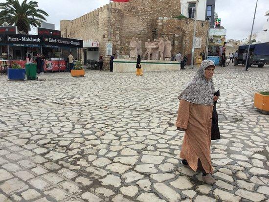 Sousse, Tunisia: ファルハット ハシェド広場