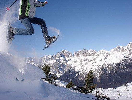 Passo Rolle, Italie: Ogni giorno emozionanti escursioni con le ciaspole nei luoghi più suggestivi delle Dolomiti in compagnia delle mitiche guide alpine!