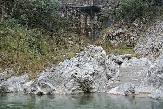 岩を間近から眺める。