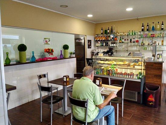 O nosso café que tem ao dispor dos clientes uma variedade de pastelaria e bebidas...