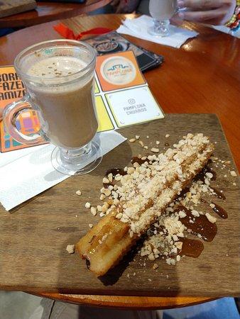 Churro melaço com cappuccino, na Pamplona Casa de Churros.