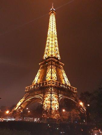 Torre Eiffel: Torre começo da noite.