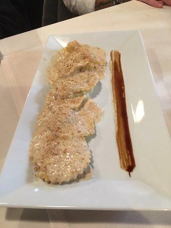 Ravioli al Taleggio Latini e zafferano in salsa di noci