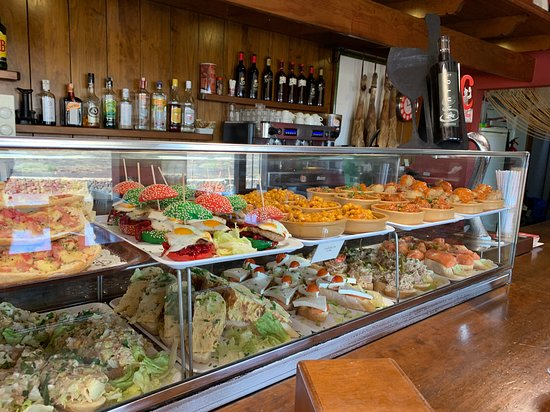 Variedad y apetitosas tapas en el bar de la Bodega de La Geria