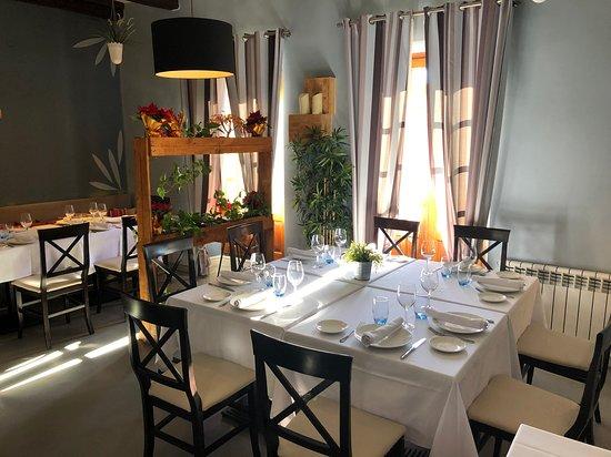 Sala principal, siempre preocupados por los detalles. Mesa imperial para 8 personas.  Restaurante Olive Torrelodones