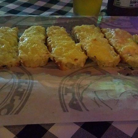 Bruschettas de queijo. São montadas em tiras de focaccia genovese e recobertas com o creme de queijo Don Vito e parmesão.