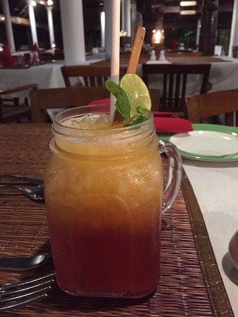 Coconut Lagoon: Mango- und Cranberrysaftmocktail