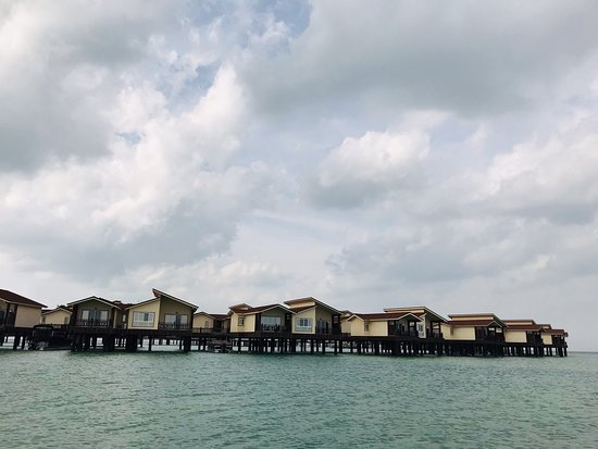 Toranj Marine Hotel: ساحل هتل دريايى ترنج در جزيره كيش، يك ساحل خوب و خلوت هست با پس زمينه زيبايى از سوئيت هاى اين هتل زيبا😊✌️