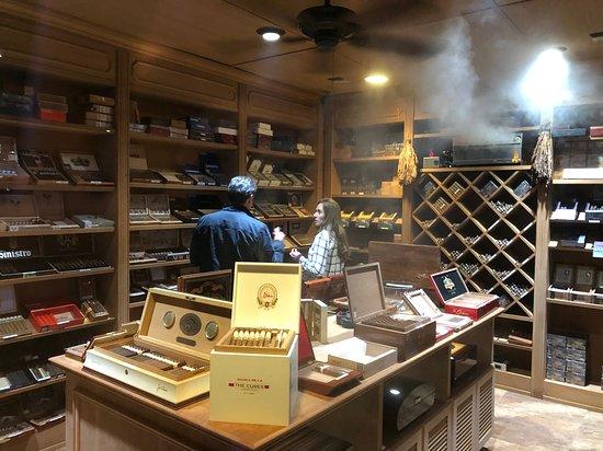 La Casa Cigars & Lounge