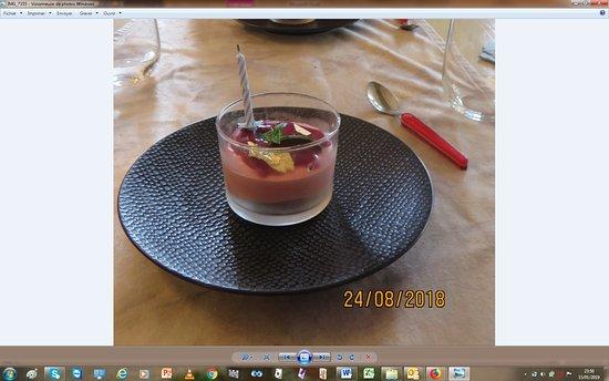Neuvic, France: Lors de notre anniversaire de mariage nous avons eu la surprise d'avoir une bougie et une feuille d'or sur notre dessert Nous avons été très touchés de cette attention ainsi que les personnes nous entourant