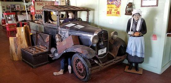 Paul Bunyon Statue: Travelers in a vintage car