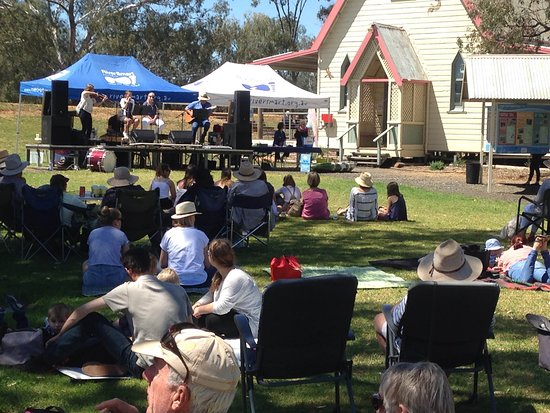 Warren, Australia: Music on the grass..soon to be one of our regular Sunday arvo attractions at the Kookaburra Cafe.