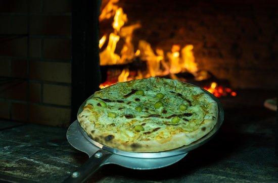 Pizzaria Forno a Lenha: Ingredientes Selecionados. Mais de 32 sabores a sua escolha.