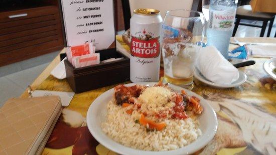 Hotel Jesús María: exquisita comida casera: almuerzo de arroz blanco con albóndigas y salsa roja