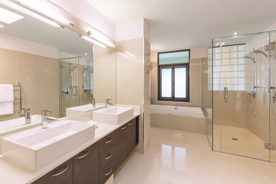 Adina Apartment Hotel Auckland Britomart: adina apartment hotel auckland three bedroom premier grand apartment bathroom
