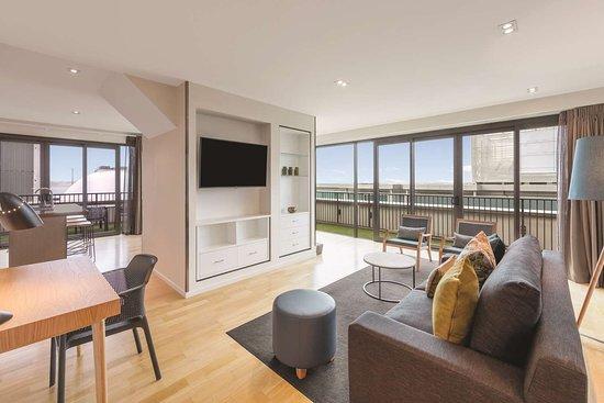 Adina Apartment Hotel Auckland Britomart: adina apartment hotel auckland two bedroom premier apartment lounge room V