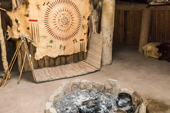 Северная Дакота: Inside the Earthen Mound Hut