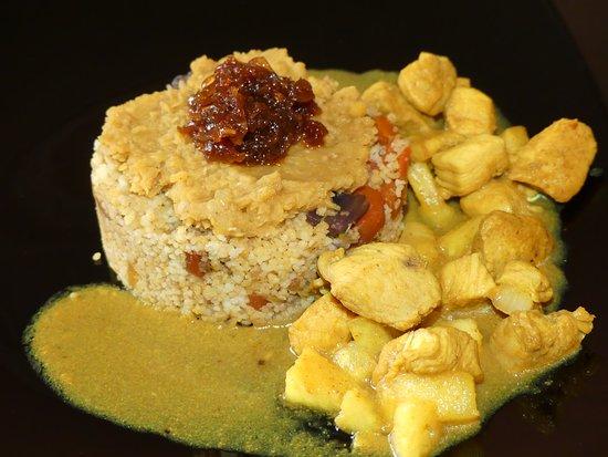 Ploufragan, France: Poulet à l'ananas / Semoule aux petits légumes / dhal de lentilles corail / compotée d'oignons
