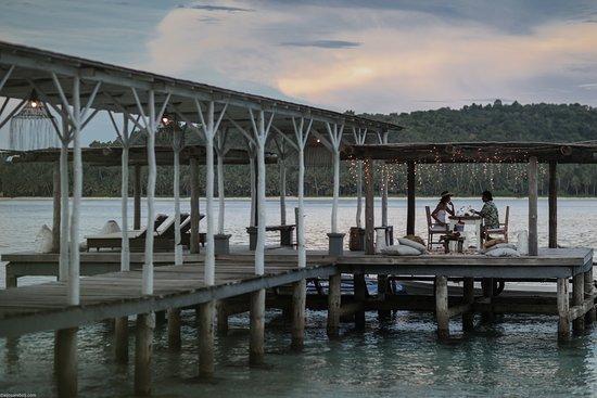Mentawai Islands, Indonesien: Aloita iconic pier & jetty. Surf upload area, sunbathing, reading, dinning.