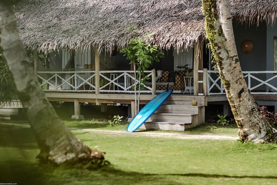 Mentawai Islands, Indonesien: Beachfront bungalows only, just next to your share of beach with sunbeds.