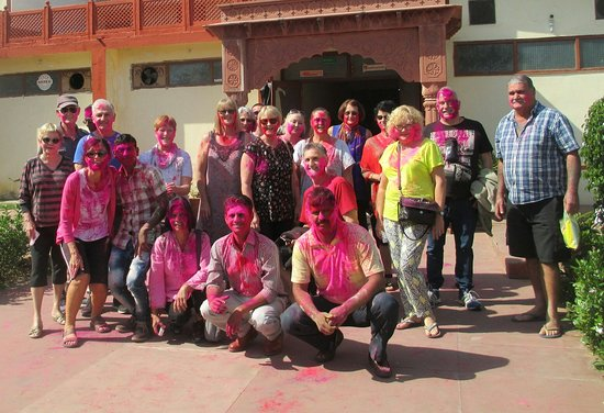 Jaipur, Ấn Độ: Celebrating the festival of colours Holi. During one of my guided Rajasthan tour with a group of 15 Australians we ended up celebrating Holi on a midway stop.