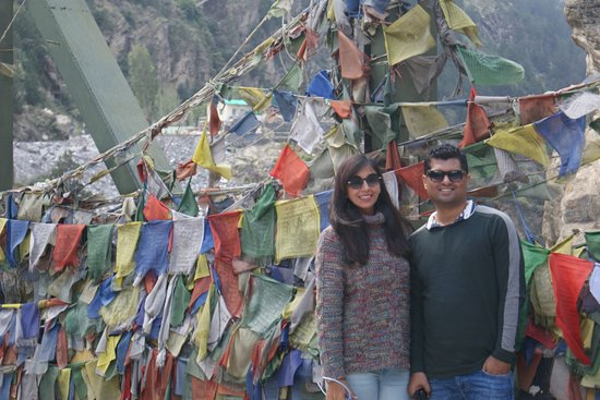 Kinnaur District, India: Shongtong Bridge - The Metal Bridge  This beautiful bridge is on the way to reckong peo kinnaur.Bridge is surrounded by beautiful mountain.This solid metal bridge is adorned with Buddhist prayer flags which make it all the more beautiful.