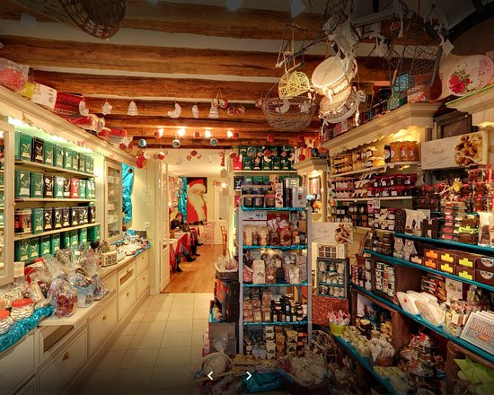 Selles-sur-Cher, France : Photo Gil Fourgeaud - Entrée du salon par le magasin. Une caverne de gourmandises