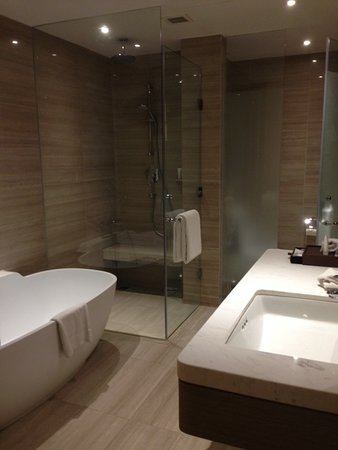 Crowne Plaza Vientiane: Detail of Bathroom with glass enclosures.