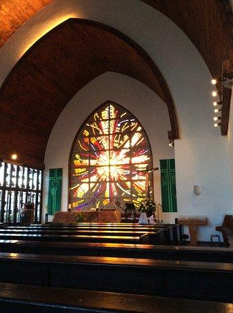 Úžasná moderní stavba, překrásné vitráže, na návštěvníky dýchne klid, pohoda, krása a čistota . Stojí za to, aby návštěvníci přišli s průvodcem, který bude vědet co znamenají vitráze v oltáři ( zadní stěna kostela je vlastně oltář ) , obětní stůl je potom před oltářem. Celá hlavní stěna v kapli je také vitraž s příběhem . Kostel ma zajímavou vstupní bránu