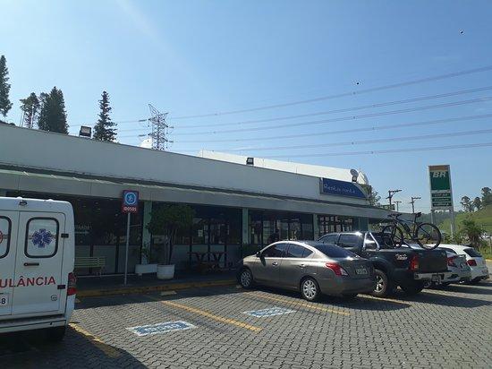 Caieiras, SP: Estacionamento e fachada