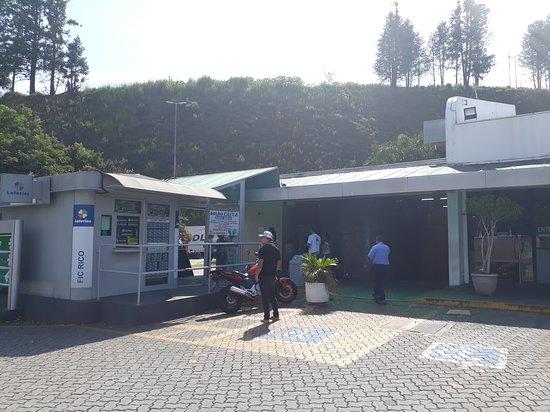 Caieiras, SP: Estacionamento, fachada e lotérica.