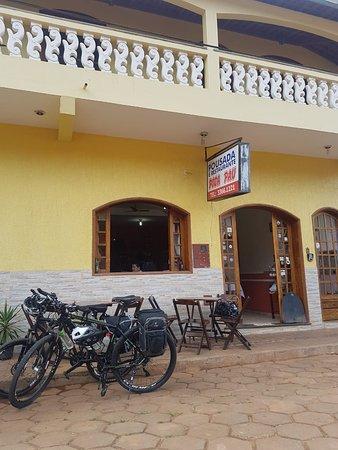 Alagoa, MG: Fachada do Restaurante Dona Inês, embaixo da Pousada Pica Pau, no Centro de Alagoa/MG