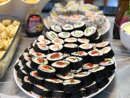 Nesse calor, um sushizinho cai bem né? Venha almoçar conosco, além de sushi temos saladas, pratos quentes, grelhados e buffet de sobremesas com máquina de sorvete esperando você, tem para todos os gostos. Ligue e faça a sua reserva!