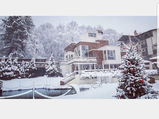 Sapareva Banya, Bulgarie: The restaurant Kotvata in the snow