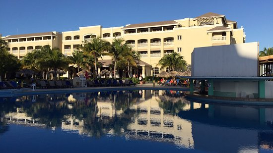 Clean resort, good food (not hot), disappointing beach