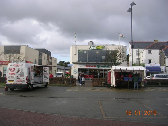 Пулхели, UK: 2 traders on Pwllheli car park