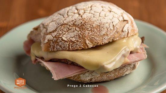 Prego em pão bife do lombo com queijo e fiambre.