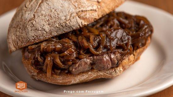 Prego em pão bife do lombo com cebola caramelizada.