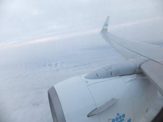 KLM Royal Dutch Airlines: Uitzicht vanuit raam, voor de vleugel.