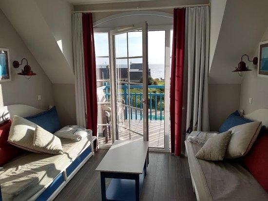 Guilvinec, France: Le salon avec, en arrière plan, le balcon et la mer...