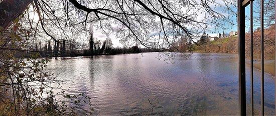 """Des masses d'eau impressionnantes surgissent à plusieurs endroits pour former un petit lac d'où s'écoule la Touvre. Cherchez aussi """"Font de Lussac Touvre spéléo"""""""