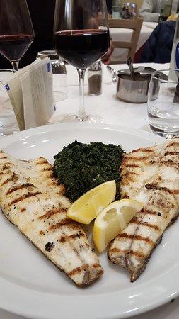Massa e Cozzile, Italy: pesce branzino accompagnato da verdure cotte