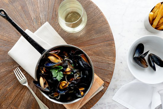 The Café at The Chanler : Steamed Mussels: shallot, parsley, white wine, cream, french fries.