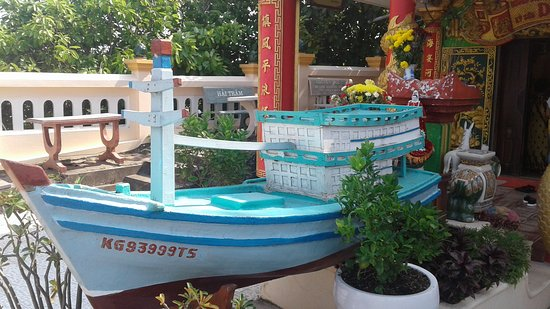 Dinh Cau Rock (Cua Temple): The small boat by Dinh Cau Temple