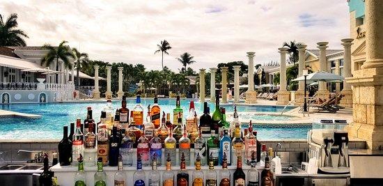 Sandals Royal Bahamian Spa Resort & Offshore Island: Poolside bar