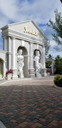 Sandals Royal Bahamian Spa Resort & Offshore Island: Entrance/driveway