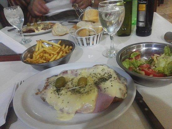 Victorica, Argentyna: Milanesa a la suiza, papas fritas y una ensalada...riquisima