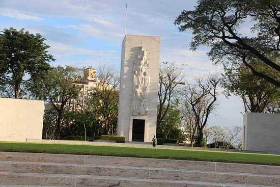 Manila American Cemetery and Memorial: The Chapel in the middle of the rotonda. Beautifully planned.
