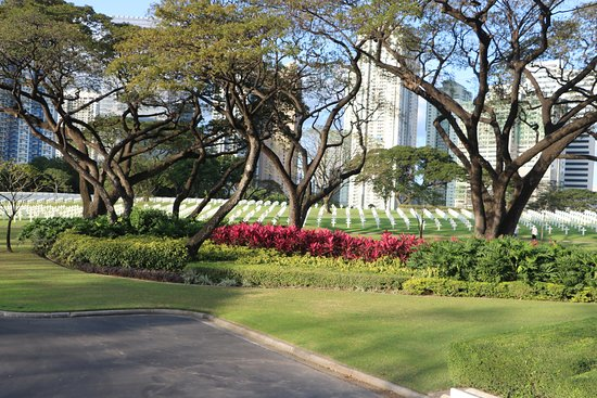 Manila American Cemetery and Memorial: Gardens covered the entire sight, a wonderful tribute to our fallen heroes. May we never forget!!